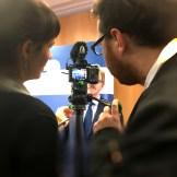 Zwei Filmemacher drehen ein Interivew, InZwischenZeit bietet Filmproduktion für Unternehmen