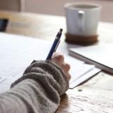 Eine Hand zeichnet eine Skizze für ein Filmprojekt