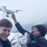Die Filmemacher Alicia Rost und Marco Dey machen ein Selfie mit einer Kameradrohne, InZwischenZeit:Filme aus Frankfurt bietet beeindruckende Luftaufnahmen in ultra hochauflösendem 4K, Filmproduktionen nach Maß