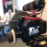 Eine Camera von Canon filmt eine Szene für einen Werbefilm. Ein Dreh von InZwischenZeit:Filme. Wir erstellen kreative und hochwertige Filme