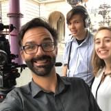 Das Team von InZwischenZeit:Filme macht während eines Drehs an der Frankfurter Oper ein Selfie. InZwischenZeit:Filme produziert kreative Werbefilme für Unternehmen