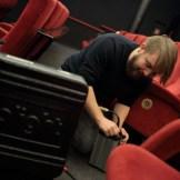 Der Beleuchter verlegt Kabel für die Beleuchtung der Szene, ein Dreh von InZwischenZeit:Filme