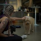 Making-Of Kamera Frau Anne Haas streichelt Hund Samba, ein Dreh von InZwischenZeit