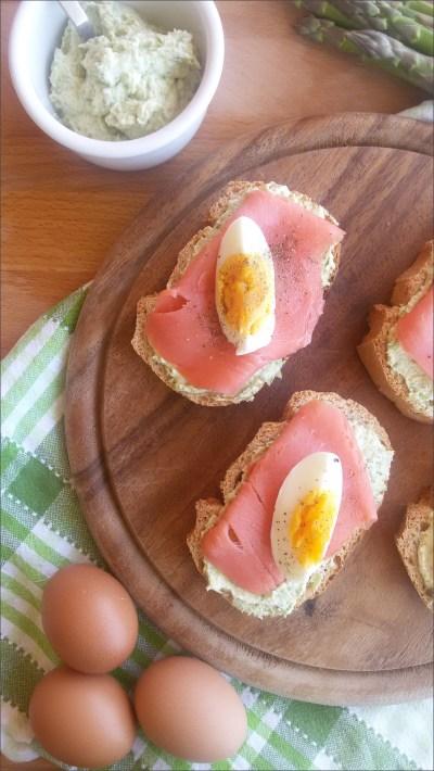 crostini-asparagi-salmone-uova