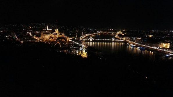 La vista notturna sul Danubio e i suoi ponti Dalla collina Gellért