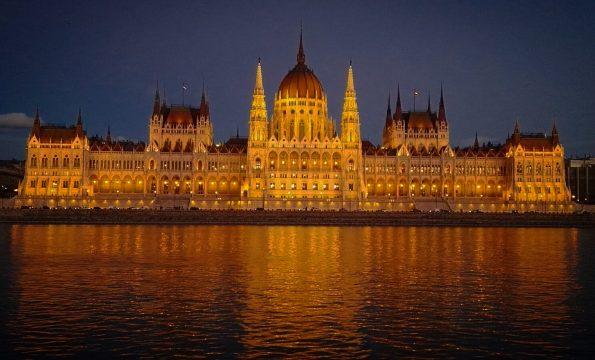 Il Parlamento in notturna