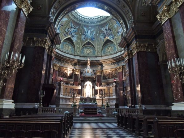 L'interno della Basilica di Santo Stefano