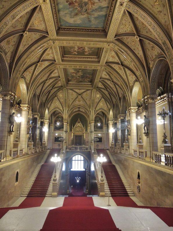 Dalla Porta del Leone, Parlamento di Budapest.