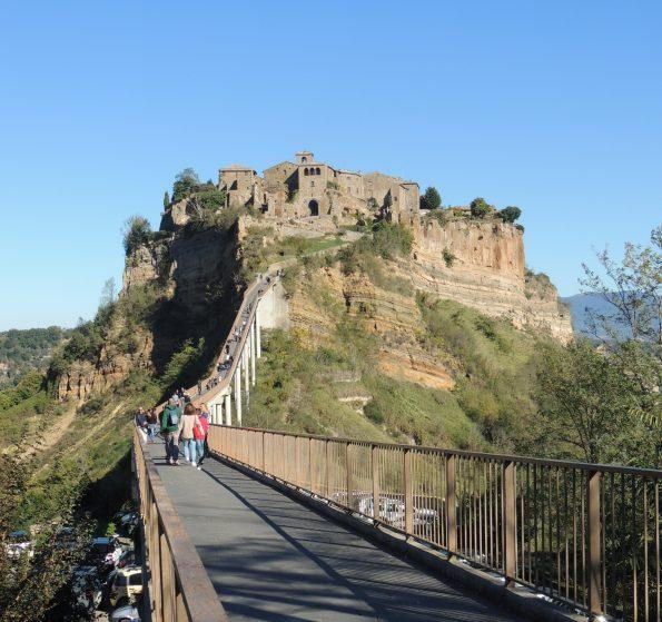 Il ponte pedonale che collega Civita a Bagnoregio.