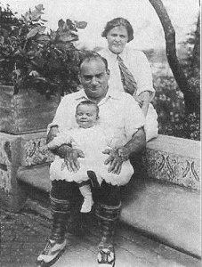 Enrico Caruso con su mujer Dorothy y su hija Gloria