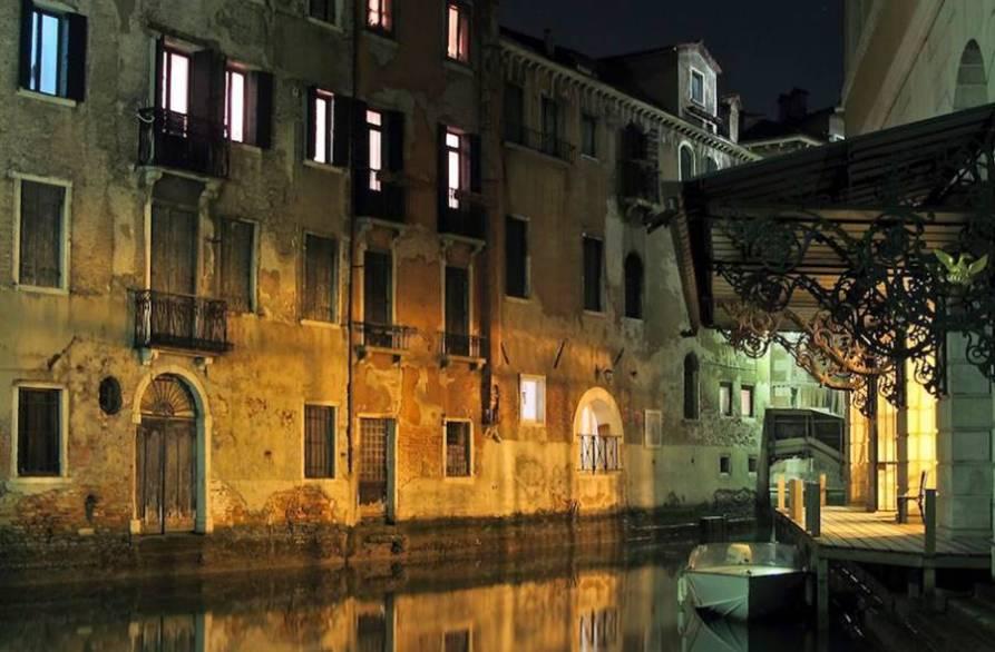 teatro la fenice de venecia entrada por el canal