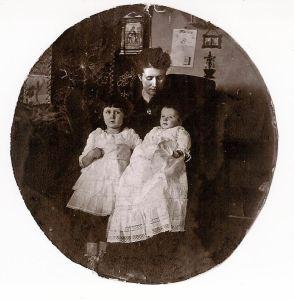 Alessandro appena nato con la sorella Antonietta e la madre