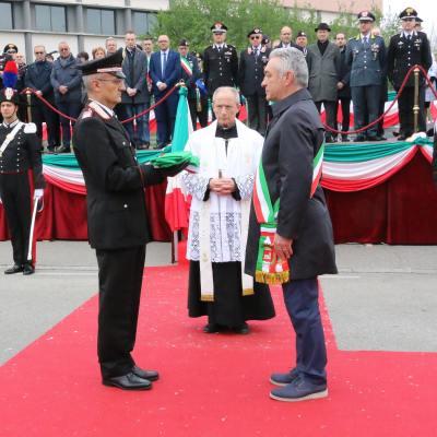 La consegna di rito tra sindaco e Comandante della stazione (Foto Rino Tinelli)