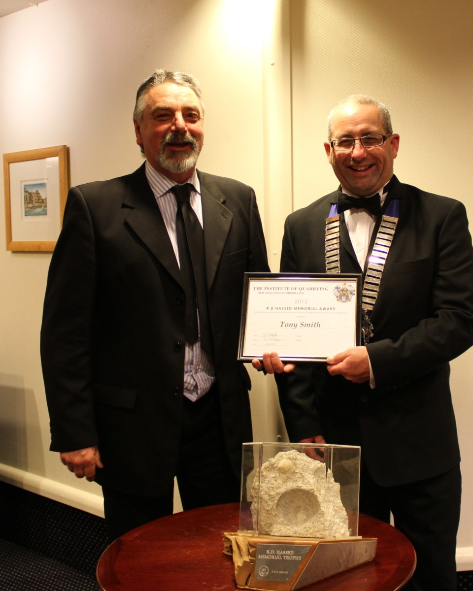 Gavin Hartley (R) presents <strong>Tony Smith</strong> with the RD Hassed Memorial Trophy and a certificate