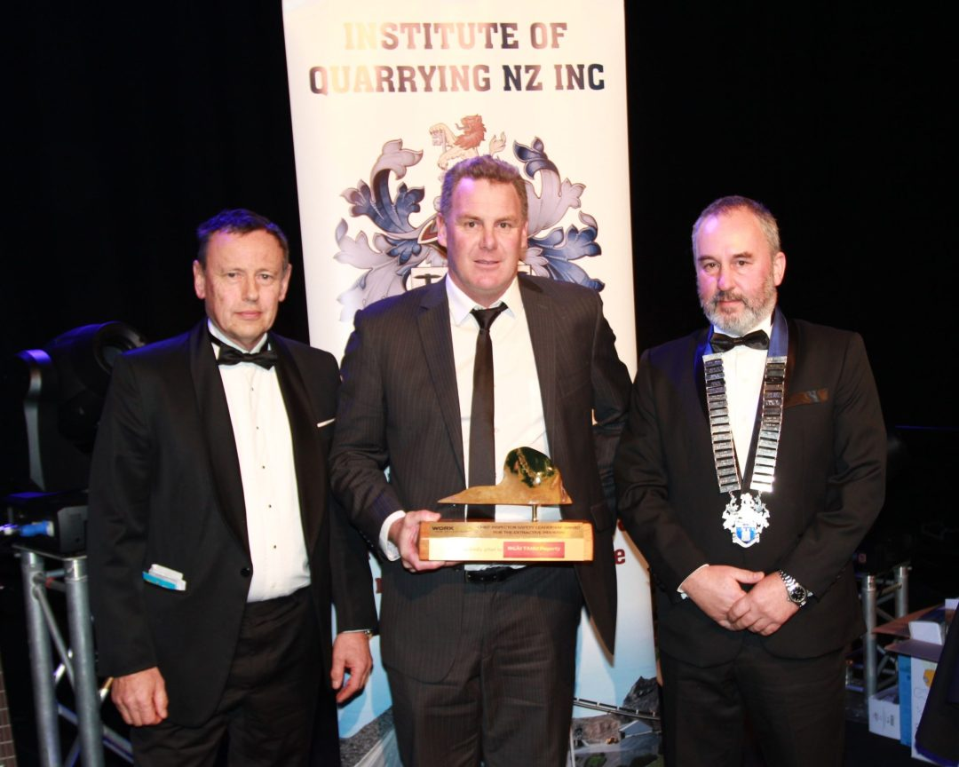 Paul Hunt, Chief Inspector Extractives, presents Craig Pledger, Orica with the Worksafe Trophy