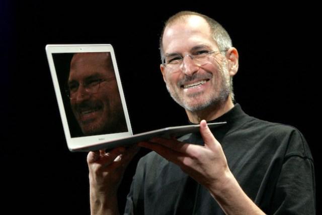 Apple CEO Steve Jobs presenta la ultra delgada MacBook Air en San Francisco, Martes, 15 de enero, 2008. (AP Photo/Jeff Chiu)