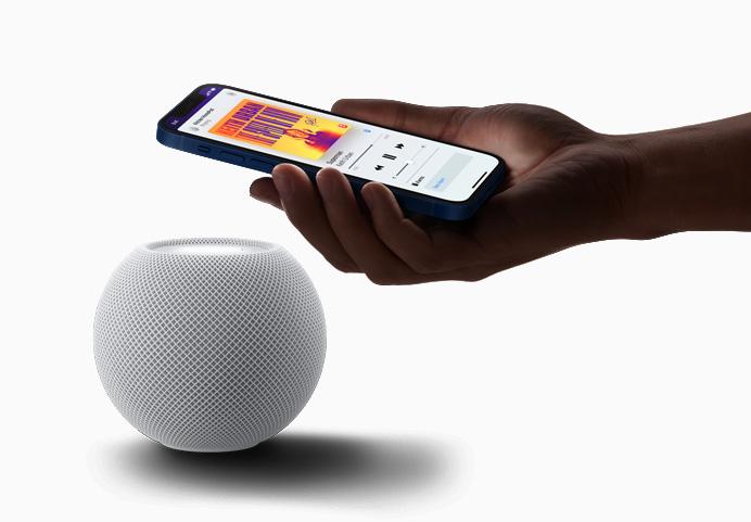 iPhone 12 con el HomePod mini