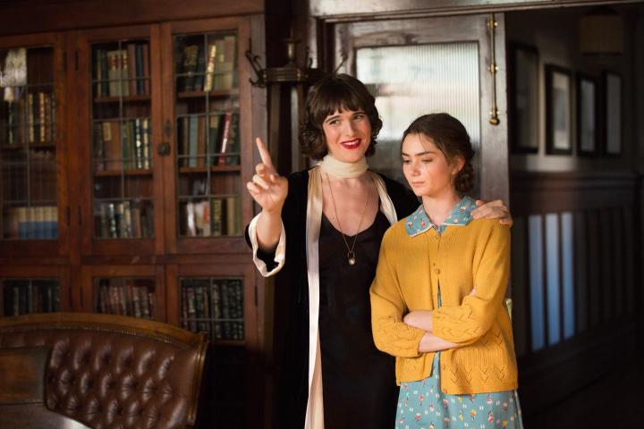 Gittel e la giovane Rose (Hari Nef e Emily Robinson)