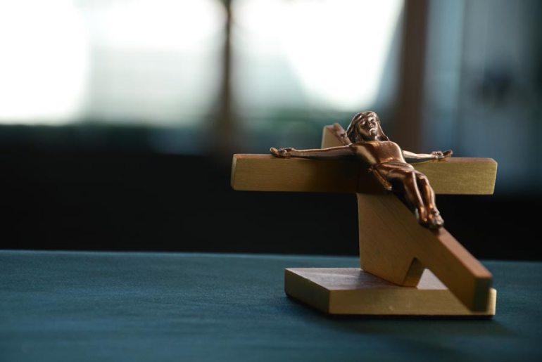 Come il crocifisso discrimina gli ebrei