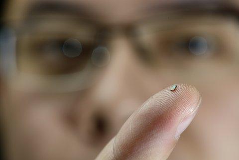 The tiny sensor on the finger of PhD-student Hao Gao. Photo: Bart van Overbeeke.