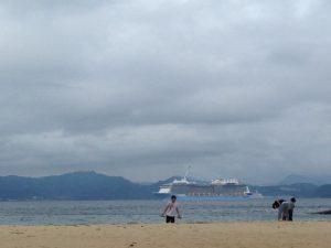伊王島の沖は、客船の通り道