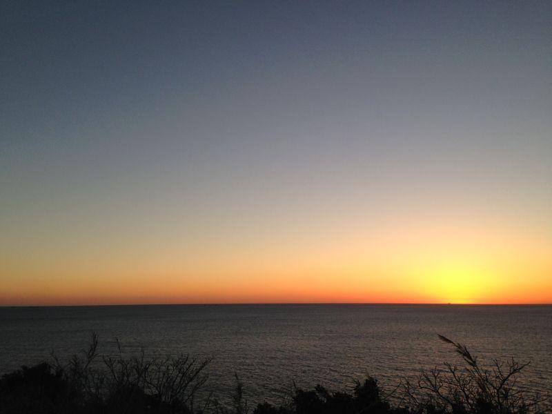 雲一つない水平線に沈む夕日は、大変まれです。