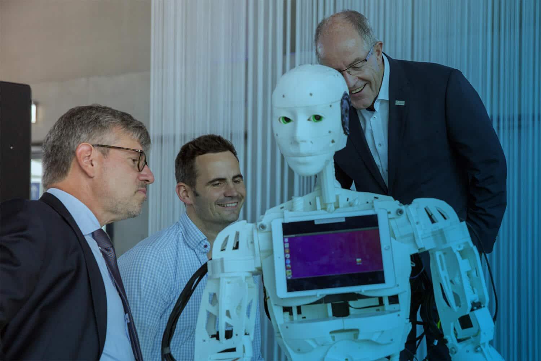 Roboter Bob ist einer der IOX Protoypen für die Messe und wird hier von drei Leuten betrachtet