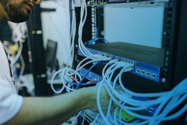 Zum Artikel Predictive Maintenance: Mann bei der Instandhaltung einer Maschine