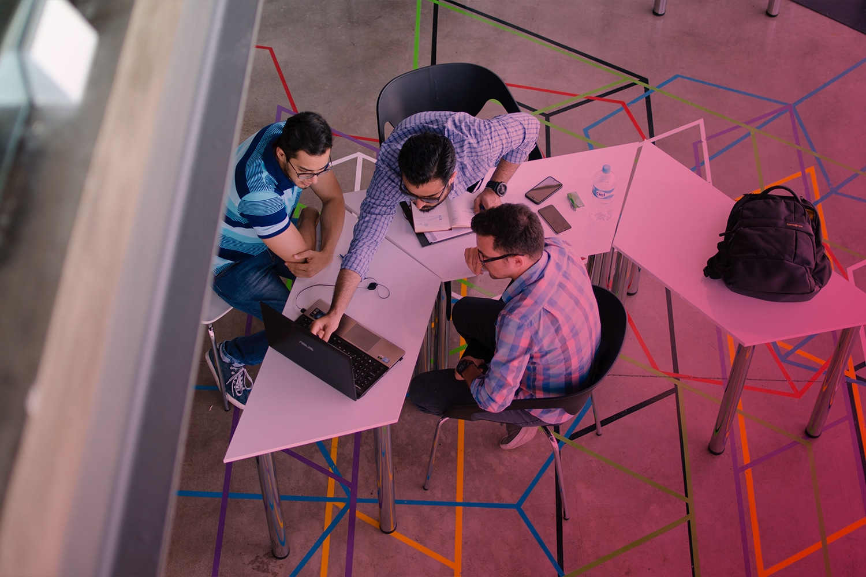 Zum Artikel Innovationsmanagement: Drei Personen am Tisch