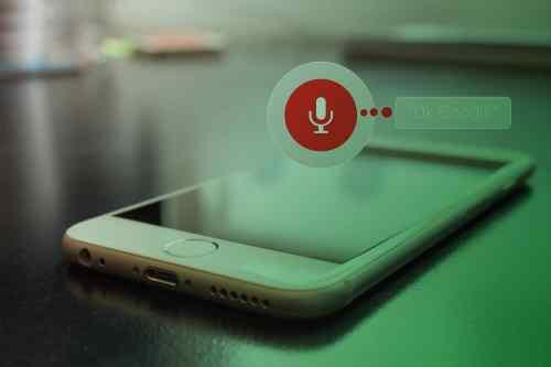 Zum Thema Conversational Commerce: Smartphone auf dem Tisch