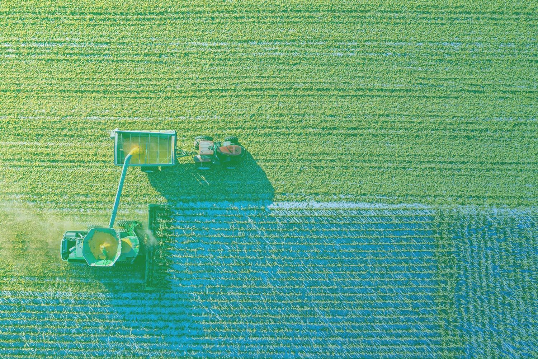 Zum Artikel Digitalisierung in der Landwirtschaft - Studie: Traktor auf grünem Feld aus der Vogelperspektive