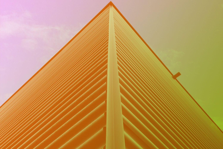 Zum FAQ-Artikel Edge Computing: Ecke eines hohen Gebäudes