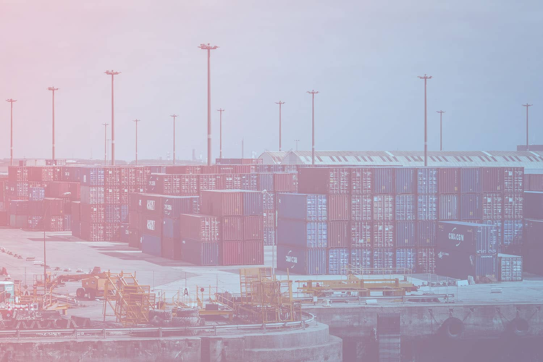 Container Tracking für ein smartes Flottenmanagement: Container im Hafen gestapelt