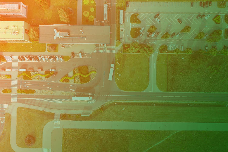 Zum Artikel Green Logistics und nachhaltige Logistik: Parkplatz, Straßen, LKW, Grünfläche