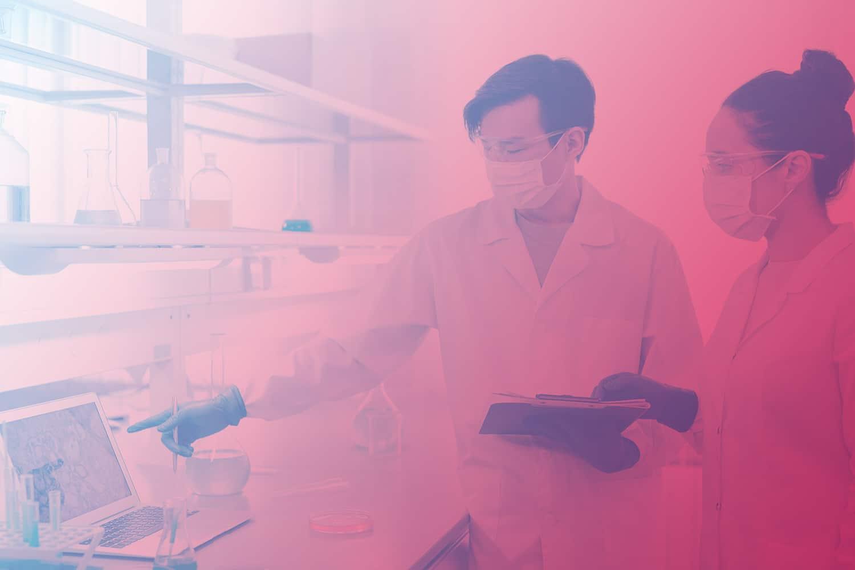 Zum Artikel KI in der Pharmaforschung: Zwei Pharma-Wissenschaftler mit Proben vor einem Laptop
