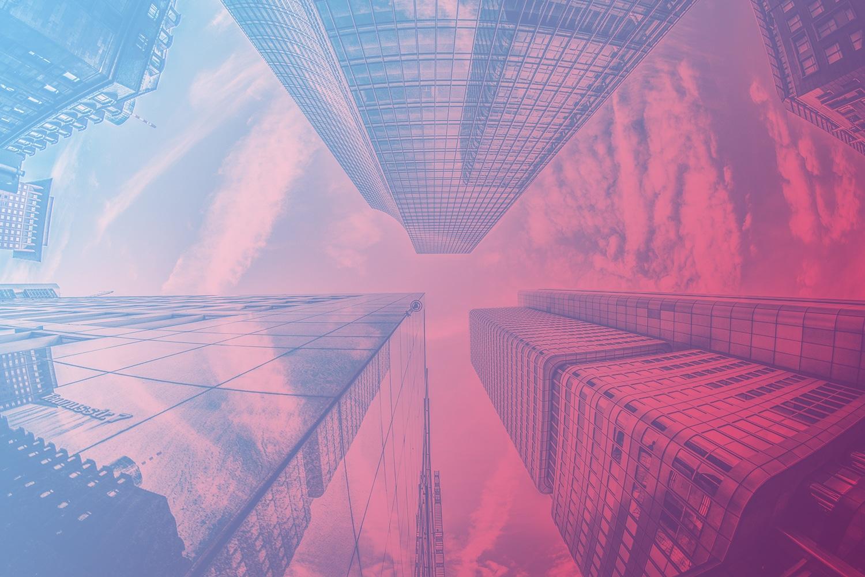 """Zum Artikel """"Smart Building - In drei Schritten zum energieeffizient vernetzten Gebäude"""": Hochhäuser mit Glasfassaden"""