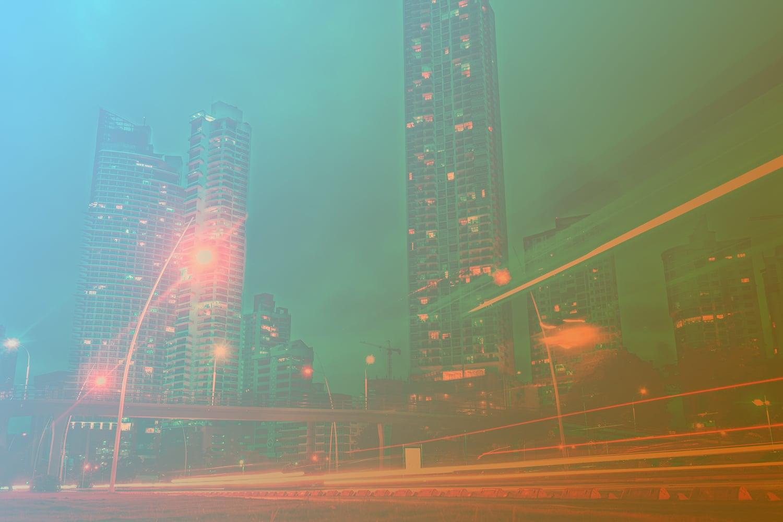 Zum Beitrag Smart City: Straße mit Brücke und Hochhäusern
