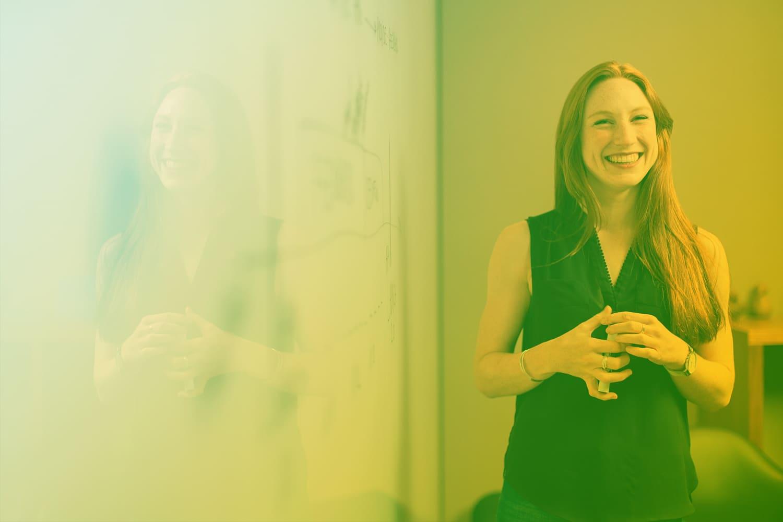 """Zum Beitrag """"So überzeugst du deinen Chef vom IoT Projekt"""": Frau vor Whiteboard"""
