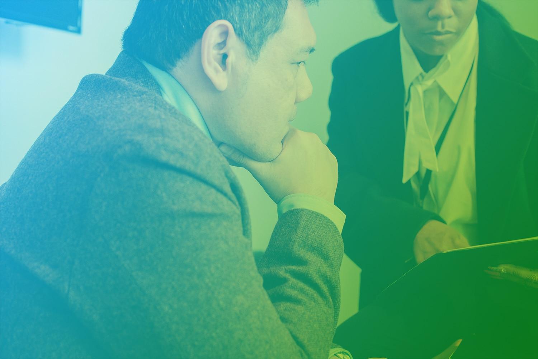 Zum Beitrag Richtiger Zeitpunkt für dein IoT-Projekt: Mann hält sich die Hand an das Kinn und schaut auf Dokumente, die eine Frau ihm zeigt