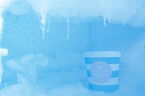 Zum Artikel Temperatur Tracker: Eistruhe mit einem Becher Eis.