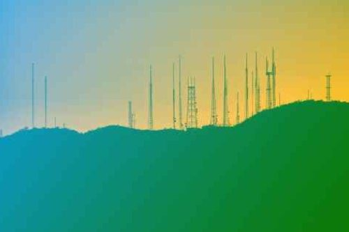 Zum Beitrag IoT Konnektivität und Cellular Connectivity: Funkmaste auf Hügel