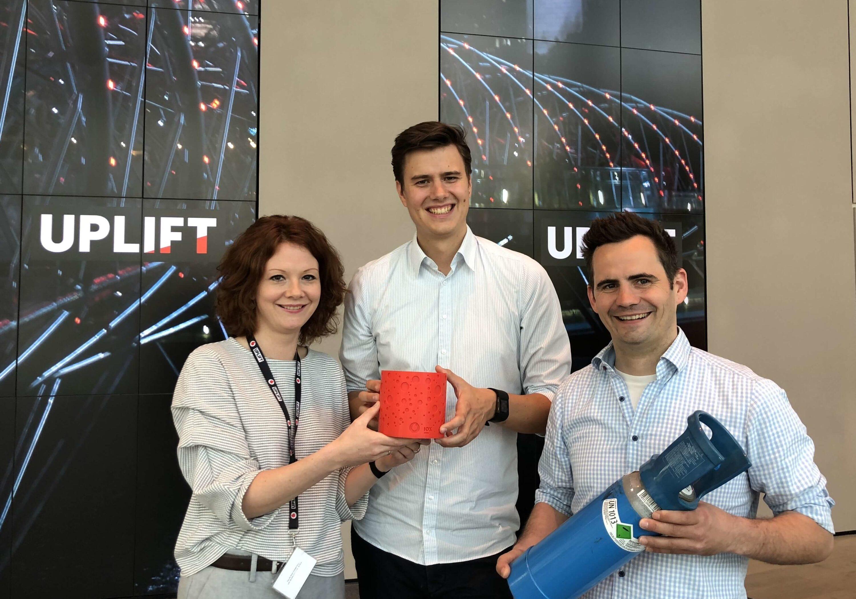 Julia-Doll-von-Vodafone-und-MitgrC3BCnder-von-IOX-Lab-mit-der-vernetzten-Waage