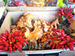Hot chilli peppers and chantarelles mushrooms @CelinaLafuenteDeLavotha