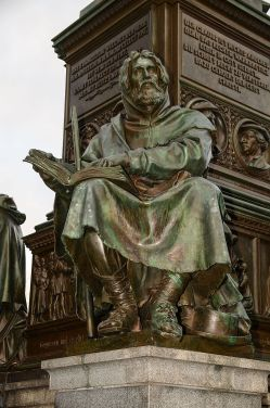 Worms_Lutherdenkmal_Petrus_Waldus_2012-02-21-18-24-52