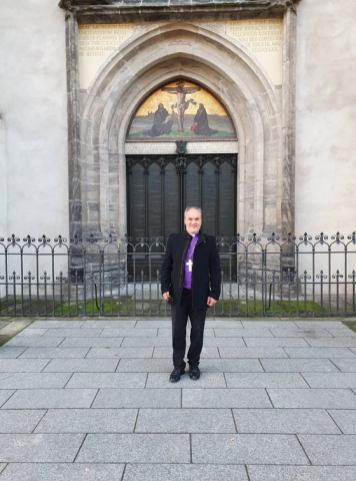 Biskup Jasmin Milić pred vratima Crkve Svih Svetih