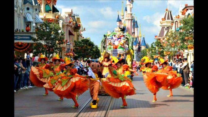 Spettacolare parata di Halloween a Disneyland Paris in Francia