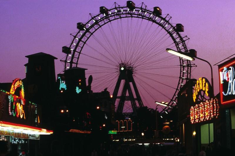 Il Wiener Prater in Austria al tramonto con la ruota panoramica simbolo di Vienna sullo sfondo