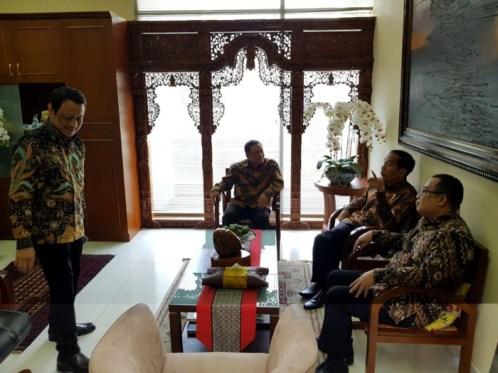 大統領参謀オフィスを訪れたジョコ・ウィドド大統領(プラマアルタ・ポデ氏提供)