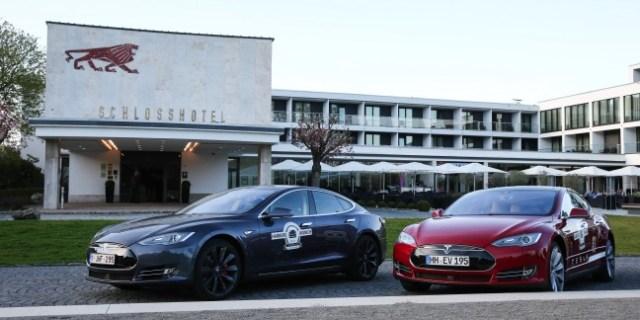 Tesla vor Schlosshotel Kassel Wilhelmshöhe