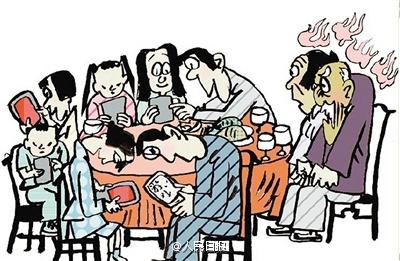 دراسة صادمة: واحد من كل ثلاثة أشخاص يستخدم هاتفه عند الطعام